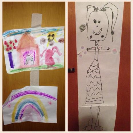 Desenhos feitos pela Isabella e que agora estão expostos pela casa. Ela adora essa brincadeira.